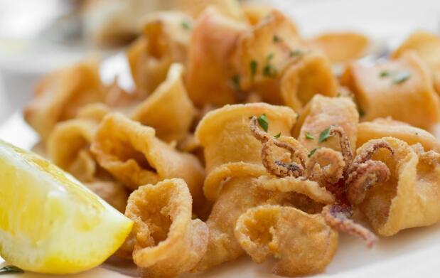 Ración de Calamares Fritos + Aperitivo + 2 Bebidas + 2 Cafés