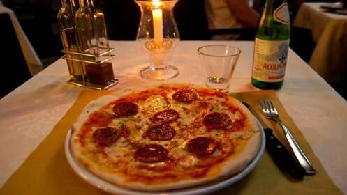 2 pizzas  + Ensalada + 2 bebidas o botella de vino