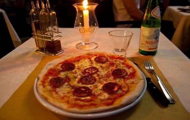 2 Pizzas a elegir + Botella de vino