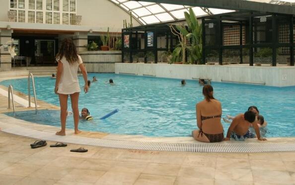 Alojamiento para 2 + entrada piscina + ticket telecabina + actividades y trineo + menú express