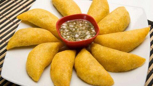 Menú comida colombiana con principal, entrantes, postres y bebidas