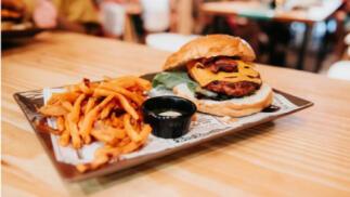 Menú hamburguesa Premium + 2 complementos + guarnición + 2 bebidas para 2 o 4