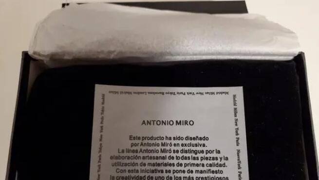 Cartera Monedero Mujer. Diseño de Antonio Miró
