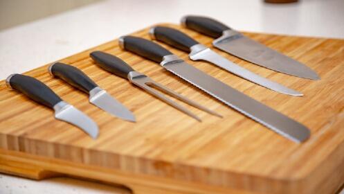 Tabla de cortar + cuchillos